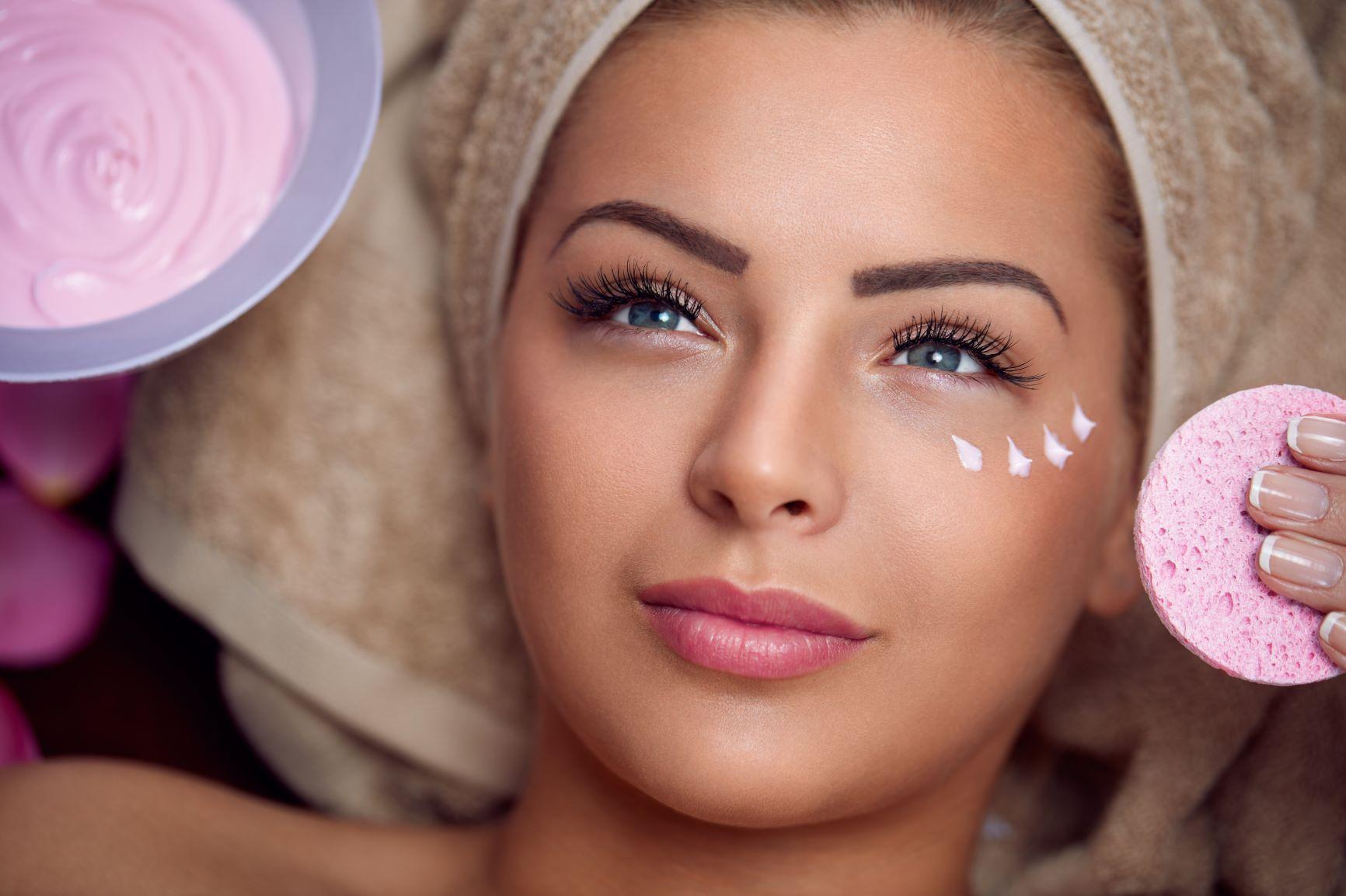 کرم دور چشم در مراقبت از پوست